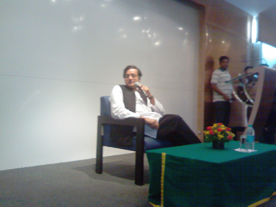 Shashi Tharoor taking questions from the audience in the Bangalore Tweetup...